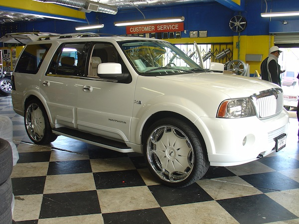 Lincoln Navigator with White Wheels